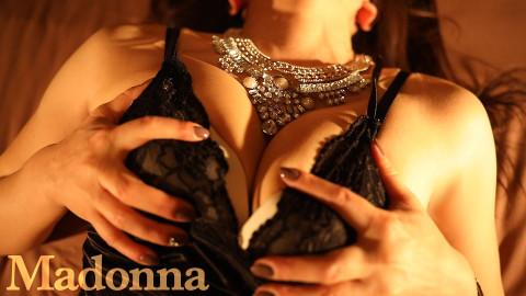 肉厚な身体から迸る艶気が、全ての男性を魅了し包み込む、まさに女盛りの人妻さん。プレイ後、人妻の素晴らしさを再確認できるハズです!